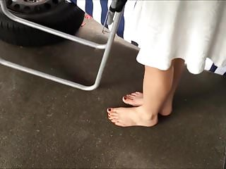 Nude tic tac toe Minha sobrinha exibe pes descalca e de peep toe nude alto