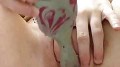 Юная блондинка со сливочной киской с игрушкой в любительском видео