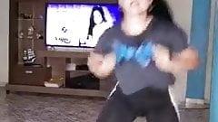 Cantante Peruana Katy Jara bailando en su casa