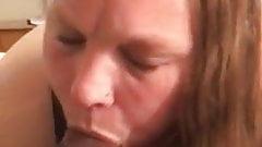白いぽっちゃり系モンスターが巨根をしゃぶる!彼女の口の中で成長するのを見てください!