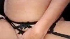 Ze komt klaar van anaal in de sling tijdens gangbang
