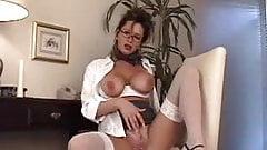 MILF Rachel loves her vibrator