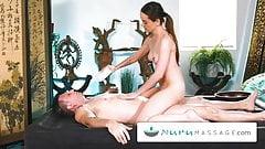 Chce udowodnić, że nie jest taka zła podczas masażu