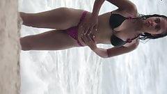 Novinha sexy de biquini enfiado