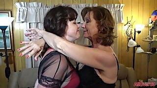 Mature lesbian, very hot
