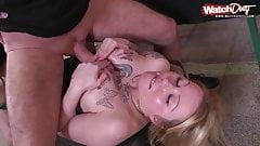 Blonde Amateur Bitch wird von notgeilen Typen benutzt