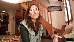 フランス人熟女マチルデが自宅で2本のチンポを受け入れる