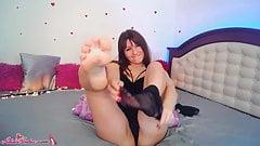 Studentin zeigt sexy Fuß und masturbiert Muschi mit Dildo