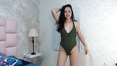Красивая латинская девушка танцует и показывает свое идеальное тело