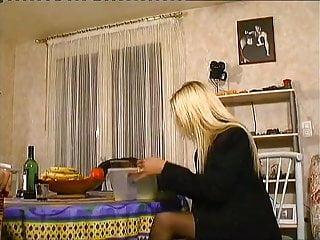 Porno jeunette gratuit Une jeunette blonde s exhibe devant papy