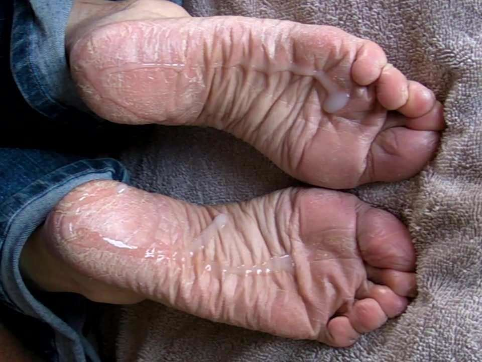Watch wrinkled soles get the cum out