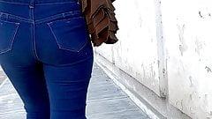 Премьера: попка в джинсах. тинка прохаживается