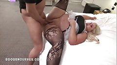 Un grosso cazzo per una cameriera tettona donnona con una gonna molto corta