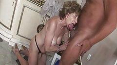Ремесленник трахает старую задницу бабушки