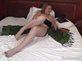 Famous josie pussycats sex toons Yanks milf josie toys her snatch