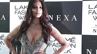Mallu actress Malavika Mohanan does an awesome deep cleavage show