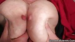 Грязная старичка принимает два жестких хуя