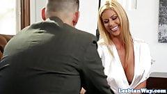 Падчерица-блондинка трахает мачеху мачехой