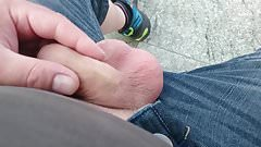 Am Bahnsteig mit dem Schwanz gespielt