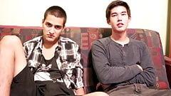twee jonge jongens op de bank