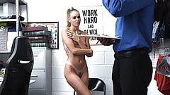 Shoplyfter - blond złodziej zatrzymany i zerżnięty przez policjanta z centrum handlowego