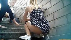 Meninas fazem xixi nos degraus