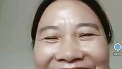 Branlette avec une Asiatique mature