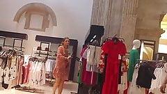 Продавщица под юбкой