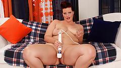 Plumper Amanda Foxxx Plays with Herself