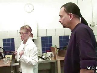 Top chef teen - Chef fickt seine teeny praktikantin in der kueche durch