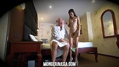 セクシーな小柄なアジア売春婦の隠しカメラスパイ