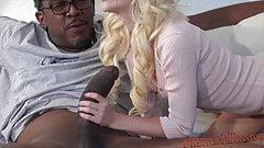 80-фунтовая блондинка принимает 12-дюймовый самый большой черный член!