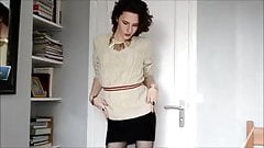 Crossdresser galice se deleita en una minifalda pequeña