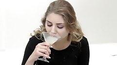 Bukkake premium - Julie Red traga 54, boca enorme llena de esperma