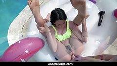 Riley jean juega con grandes consoladores junto a la piscina y se folla a poolboy