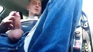 Bouwvakker trekt zich af in auto