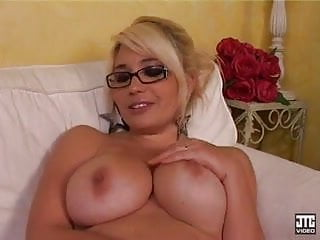 Erotica salon - Blonde dodue se fait baiser dans le salon