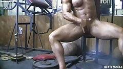 Mächtige nackte Bodybuilderin zeigt ihren großen Kitzler im Fitnessstudio