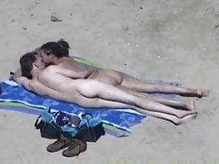 Nu stiu altii cum sunt - Caresses de couple nu sur la plage...