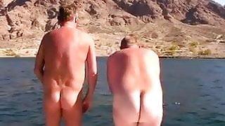 gordinho e magrinho pulado pelado no mar