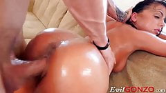 Babe gets her pussy and anus penetrated