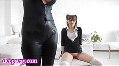 Herrin Lorelei Lee fingert ihren Sklaven, bis sie kommt