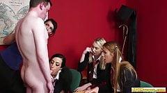 Faminta por polla, colegialas vestidas chupando chupando al tipo desnudo con suerte