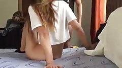 Mamas Junge im Schlafanzug brachte Freundin mit