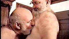 2人のハンサムな老人がセックスとフェラを楽しむ