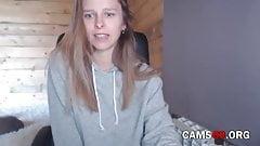 Une Russe aux yeux bleus montre son corps devant la webcam