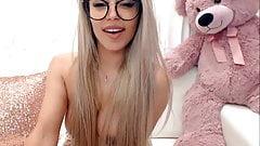 Fofa e sexy loira masturba sua buceta