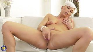 Modern mature stepmom fingering her old cunt