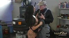 Opa fickt die Tattoo Schlampe in der Autowerkstatt