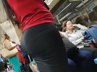 Tight skirt pee - Hot big booty in tight skirt candid